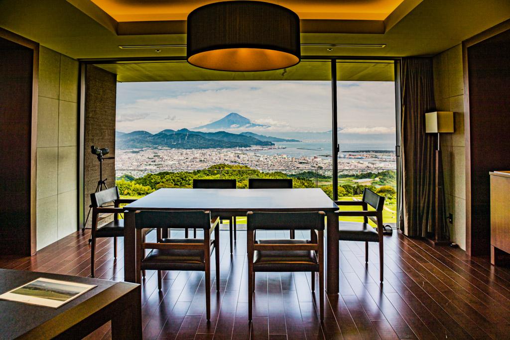 Zu einem Hotelzimmer der gehobenen Kategorie gehört im Nippondaira auch ein Fernglas / © FrontRowSociety.net, Foto: Georg Berg