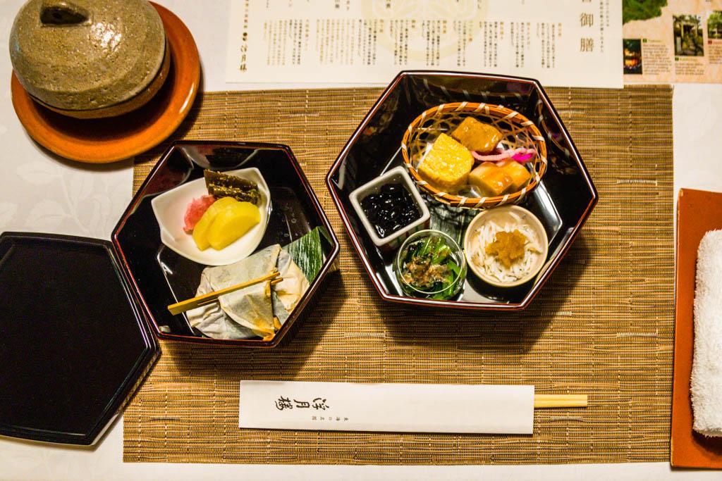 Lunch in Fugetsuro mit den Lieblingsspeisen des letzten Shoguns: Eier, schwarze Bohnen und Reis mit Bonitoflocken / © FrontRowSociety.net, Foto: Georg Berg