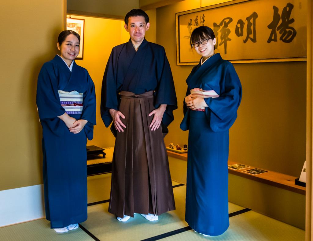 Das Service-Team im Fugetsuro in traditioneller Kleidung. Das Haus des letzten Shoguns in Shizuoka City, ist heute das Restaurant und Gästehaus Fugetsuro. In den ehemaligen Wohnstätte des letzten Shoguns kann man einen Tisch reservieren und bekommt auch einige seiner Lieblingsspeisen, wie schwarze Bohnen, Eierspeisen, Reis mit Bonitoflocken und Fisch serviert / © FrontRowSociety.net, Foto: Georg Berg