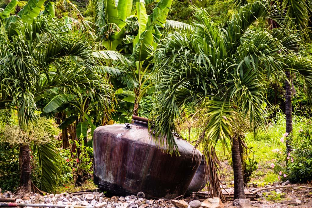 Wirkt nicht von dieser Welt. Ein ausrangierter Druckbehälter auf dem Gelände der ältesten Rum-Manufaktur Antoine Rivers / © FrontRowSociety.net, Foto: Georg Berg