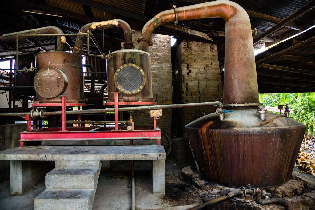Lediglich eine Betonbühne ist nachträglich unter die Zwischenkühler gebaut worden. Die Gefäße der Destillationskolonne haben immer noch die Form aus dem Gründungsjahr 1785 / © FrontRowSociety.net, Foto: Georg Berg