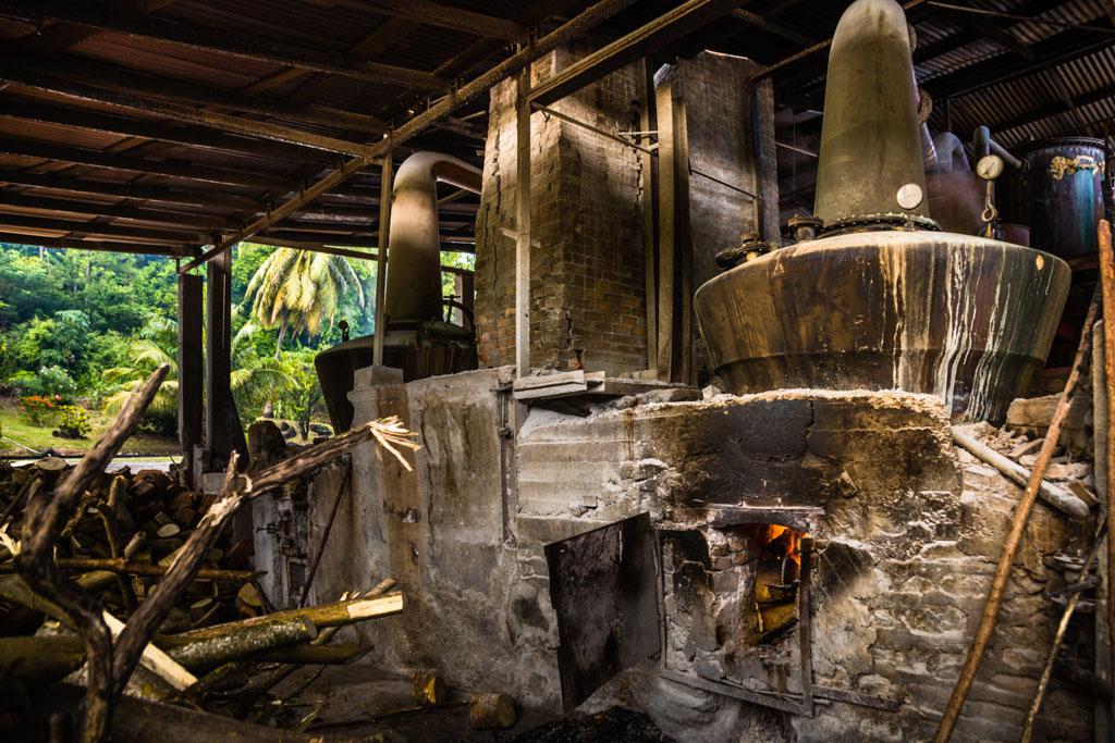 Unter dem Siedekolben lodert das Holzfeuer. Die uralten Sicherheitsbestimmungen reichen wohl immer noch aus / © FrontRowSociety.net, Foto: Georg Berg