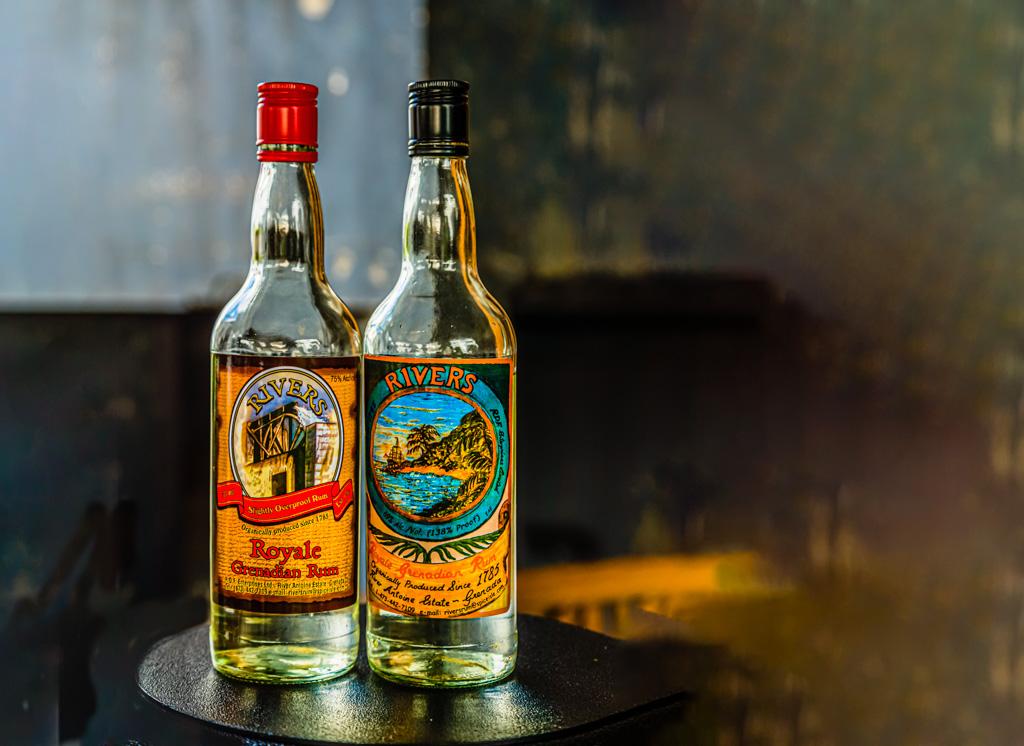 """Links der """"slightly overpoof"""" Rivers Royal Grenadian Rum. Rechts die Exportvariante, die aus Sicherheitsgründen nur weniger als 70 Prozent Alkohol enthalten darf / © FrontRowSociety.net, Foto: Georg Berg"""