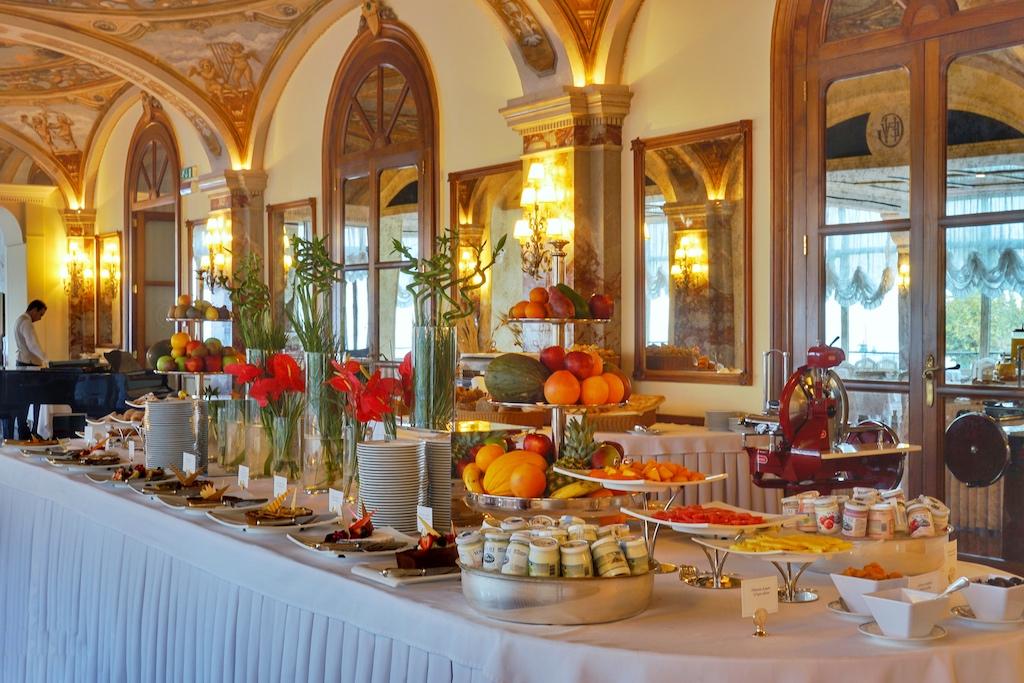 Warme, aber auch kalten Gerichte, Desserts und hausgemachte Marmeladen sind auf dem Buffet drapiert