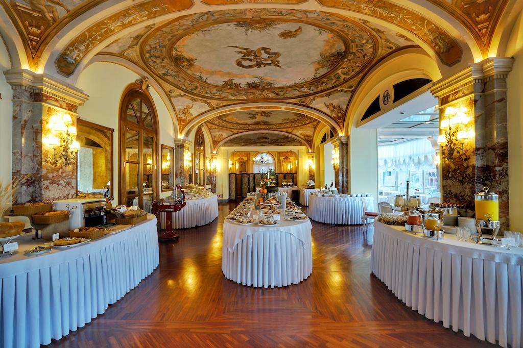 Ein umfangreiches amerikanisches Frühstücksbuffet wird allmorgendlich im Vittoria-Raum wird serviert