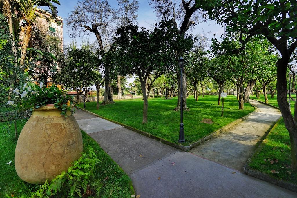 Die 20.000 Quadratmeter messende Gartenanlage ist mit viele Wegen durchzogen