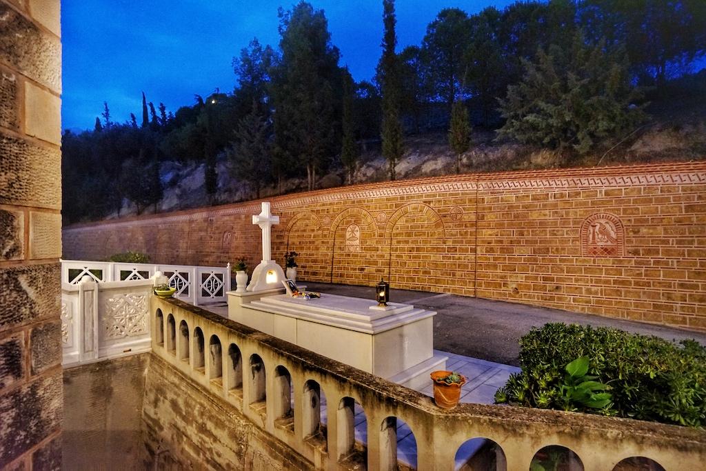 Die erste Grabstelle (Marmorgrab) von Anastasios Kefalas, alias Nektarios von der Pentapolis