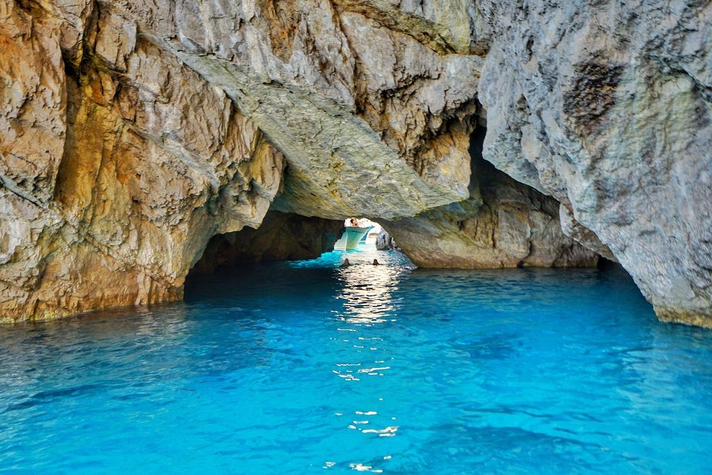... es gibt ab er rund um die Insel viele Höhlen