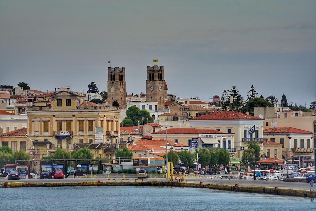 Vom Hafen Ägina aus kann man nicht ohne Transportmittel die zwei Sehenswürdigjkeiten, den Aphaiatempel und die Cathedral Of Saint Nectarios, erreichen