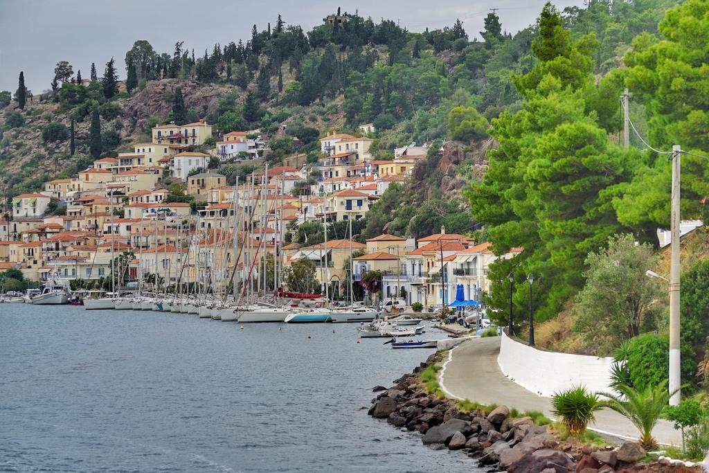 Die Einfahrt in den Hafen von Poros - malerisch gelegen