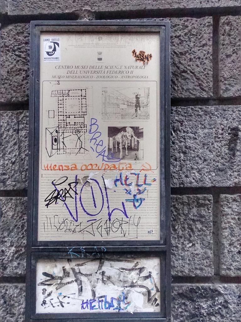 Öffentliche Informationsschilder zum Historischem oder Musealem sind kaum noch lesbar - auch hier hat die Straßenkunst zugeschlagen