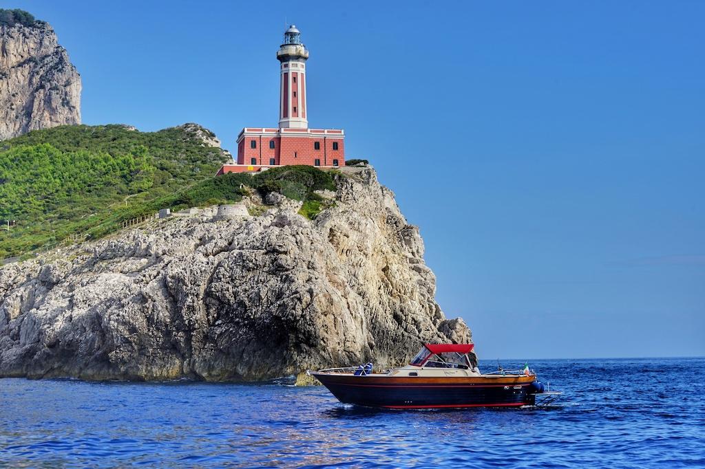 Den 1867 erbauten Leuchtturm Punta Carena kann man am besten vom Wasser aus beobachten
