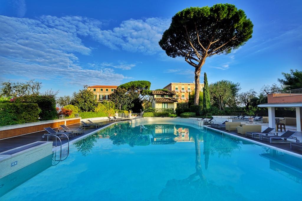 Das Hotel verfügt über einen großen Außenpool, welche in di 20.000 Quadratmeter fassenden Gartenanlage integriert ist
