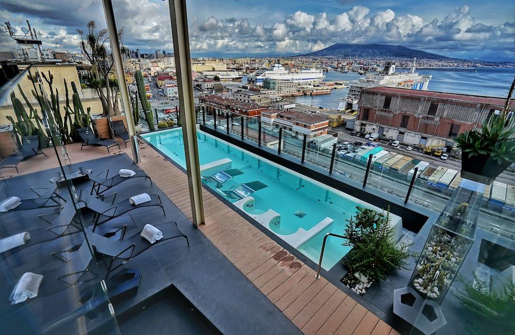 Erste Empfehlung für ein erstklassiges Hotel in Neapel ist das Romeo Hotel, welches direkt am Hafen gelegen ist und den idealen Ausgangsort für Touren darstellt