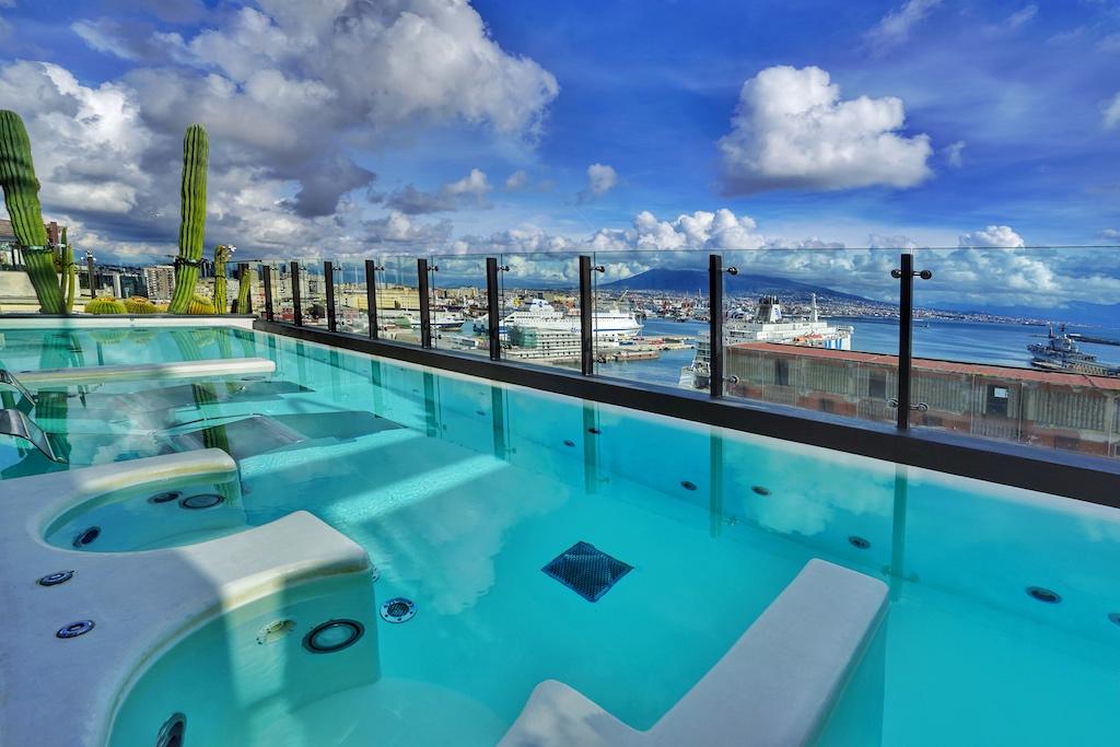 Von der achten Etage des Hotels Romeo hat der Gast - im warmen Wasser liegend - eine fantastische Aussicht auf den Hafen von Neapel und auf den Vesuv