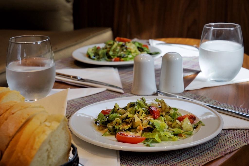 Zu den Mahlzeiten werden warme und kalte Speisen am Platz serviert