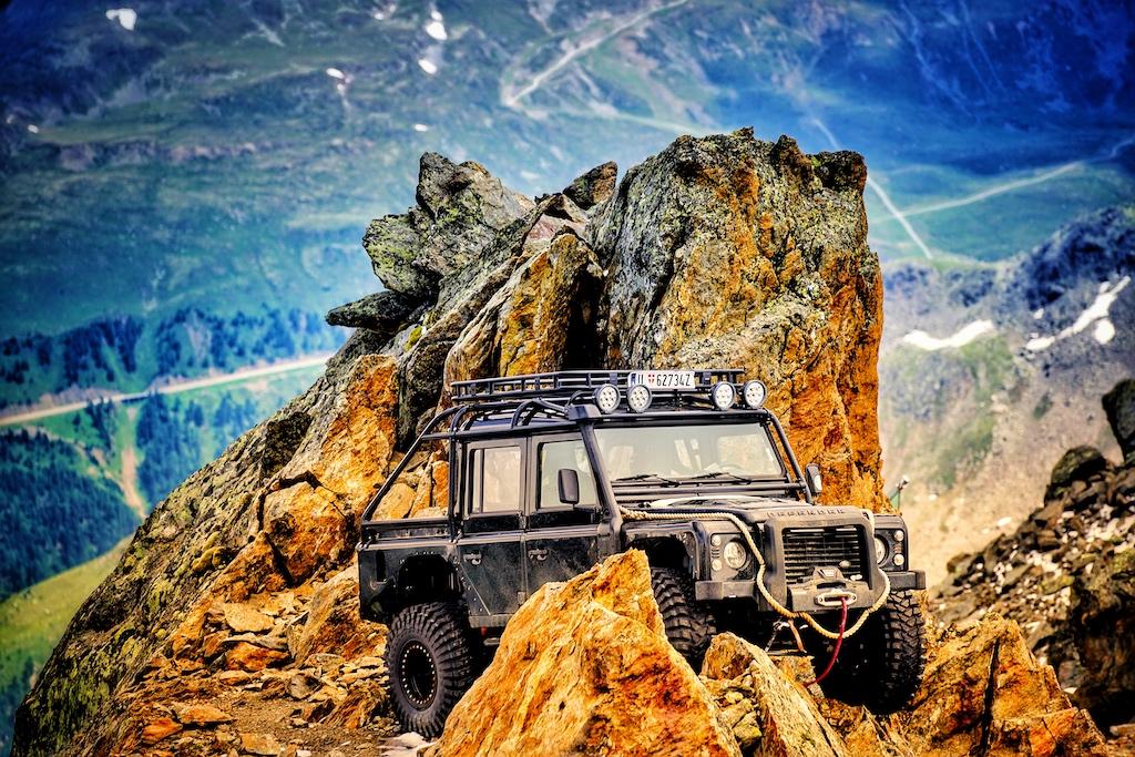 Gesichert steht er zwischen Felsen, der Jeep, der im Film Spectre viele Male zu sehen war - gut 300 Meter vom ice Q bzw. 007 Elements entfernt