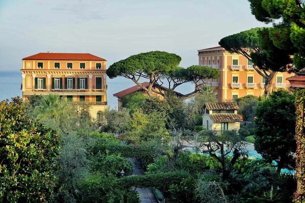 Erstklassige Lage, direkt hoch oben an den Klippen von Sorrent liegt das Grandhotel Excelsior Vittoria