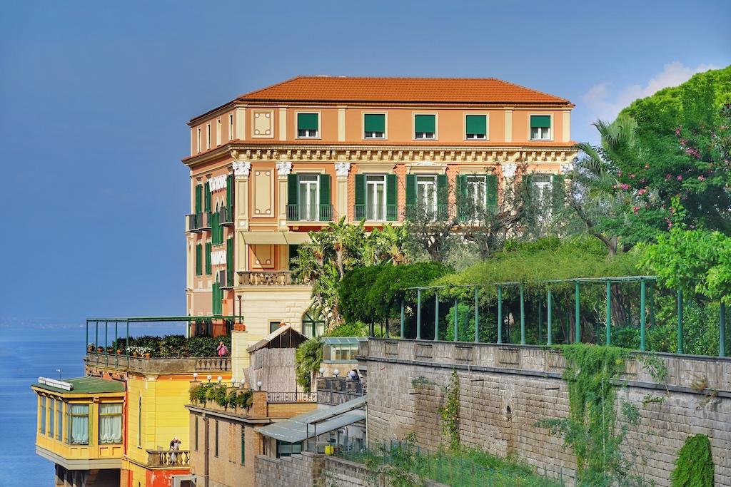 Das ehrenwerte Leading Hotel ist bekannt für den weiten Blick über diese Bucht