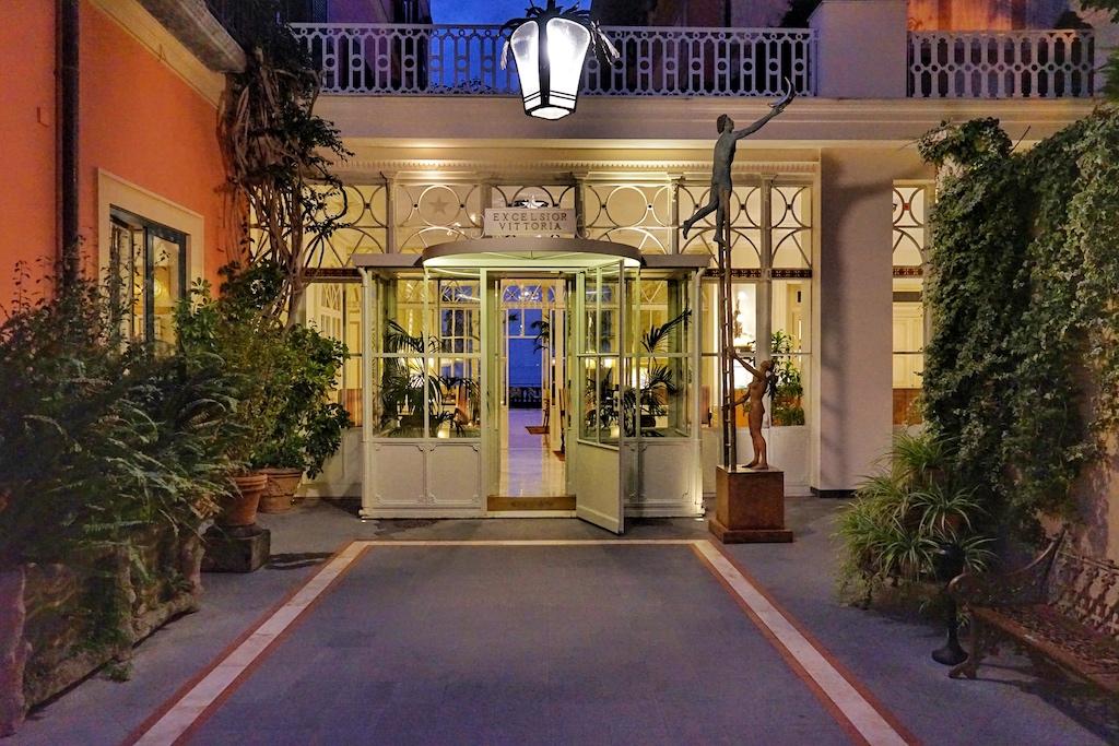 Über eine langgestreckte Einfahrt erreicht man den Eingang des Hotels Excelsior Vittoria