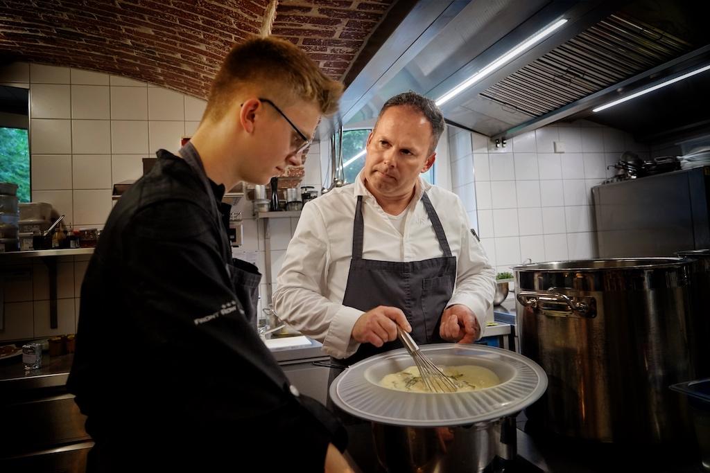 Jens erklärt Noris wie wichtig die Klärung der Sauce ist, so dass man durch das Entfernen von Trübstoffen eine glatte Sauce bzw. eine klare Brühe erhält