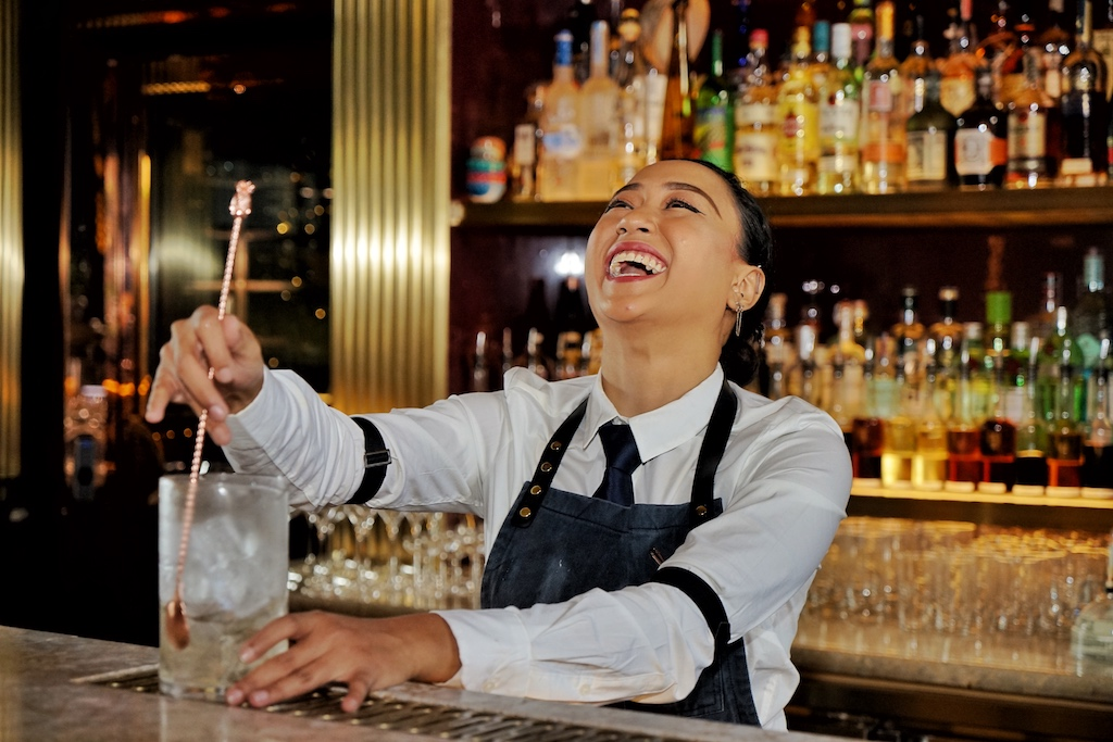 Aber nicht nur Männer lieben Mixturen mit erstklassigem Whisky/Whiskey. Auch weibliche Bartender wie Yana Binte Kamaruddin aus der Atlas Bar in Singapur (Platz 8 der The World's 50 Best Bars)