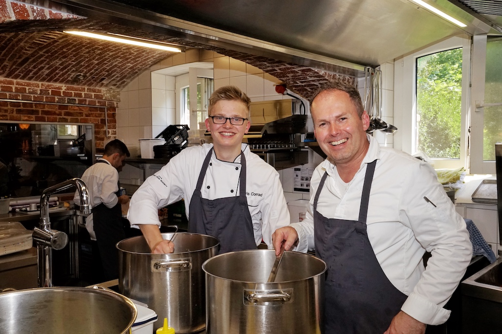 FrontRowSociety Redakteur Noris Conrad (li.) war eine Woche zu Gast bei Sternekoch Jens Rittmeyer (re.) - hier haben wir uns über die Qualität der Saucenproduktion überzeugen können