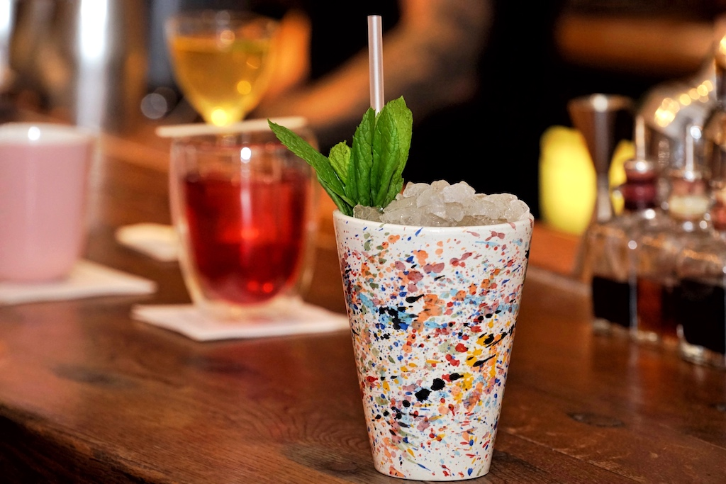 Zwischen süß und sauer - der Cocktail Anarchy. Er besteht aus Bacardi Rum, 12 Jahre alten Metaxa, Greek Spirit, Banane und Gewürzen
