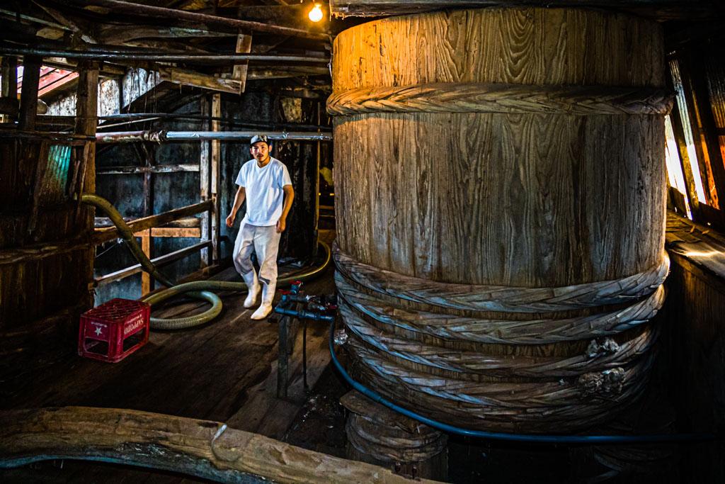 In diesen imposanten Fässern aus Zedernholz, dem Taru, fermentiert Moromi, je nach Qualität, zwischen 1,5 bis zu 3 Jahre. Handwerklich mit Hilfe der Fermentation hergestellte Sojasauce schmeckt von Jahr zu Jahr und von Faß zu Faß unterschiedlich / © FrontRowSociety.net, Foto: Georg Berg