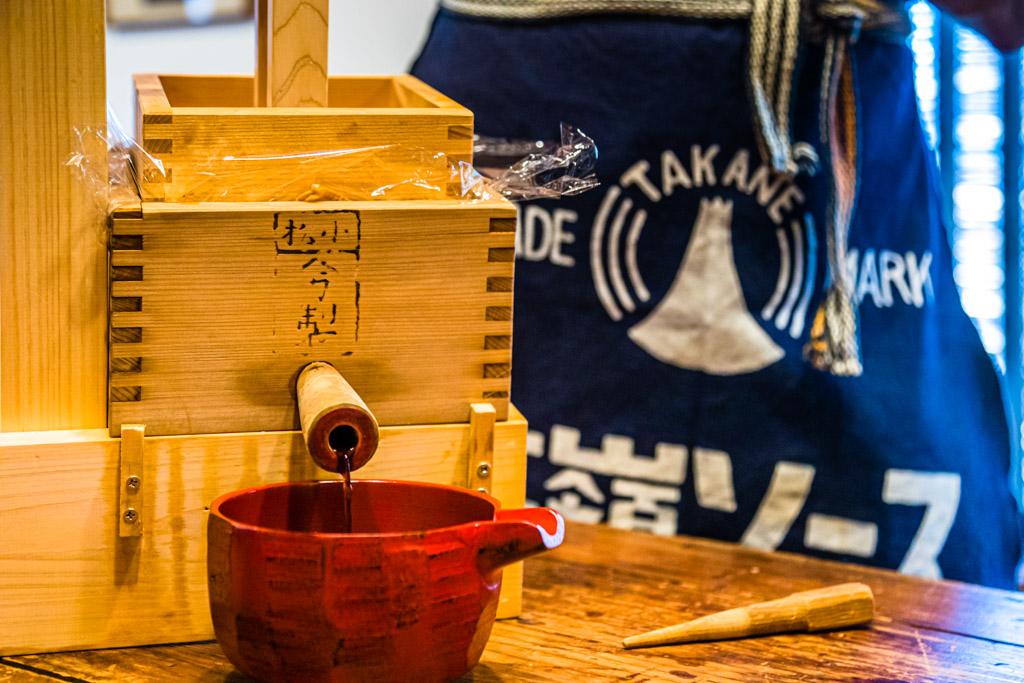 Es läuft! Holzkeil raus und Sojasauce marsch! Die Sauce, die hier fließt, dürfen die Workshop-Teilnehmer mit nach Hause nehmen / © FrontRowSociety.net, Foto: Georg Berg