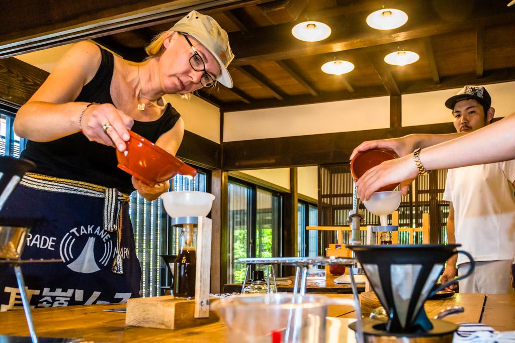 Unter den Augen von Shoyu-Meister Shohei wird die Soja-Sauce nun erhitzt, um die Fermentation zu stoppen und die Würze haltbar zu machen / © FrontRowSociety.net, Foto: Georg Berg