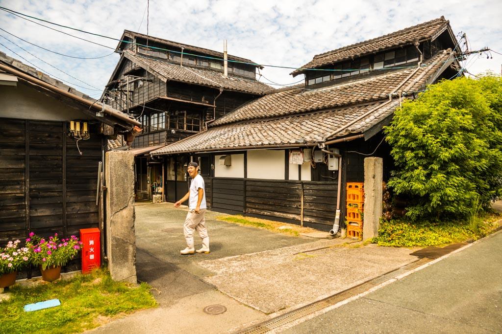 Die Manufaktur Meijiyashouyu. Selten sieht man noch diese alten traditionellen Häuser in Japan. Dieses hat drei Stockwerke, gebaut aus Zedernholz. Die unterschiedliche Höhe der Produktionsräume macht man sich beim Herstellungsprozess zu Nutze / © FrontRowSociety.net, Foto: Georg Berg