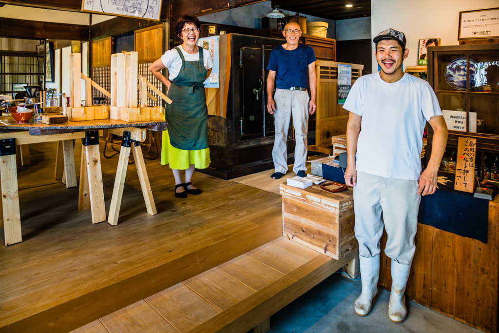 Generation fünf und sechs im Verkaufsraum. Familie Nozue weiß, wie eine nicht zu salzige, aber vollmundige Sojasauce entsteht / © FrontRowSociety.net, Foto: Georg Berg