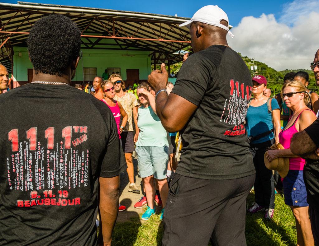 Im schwarzen Jubiläums-T-Shirt erklärt das Hash-Mouth die Regeln und einige Besonderheiten der heutigen Strecke / © FrontRowSociety.net, Foto: Georg Berg