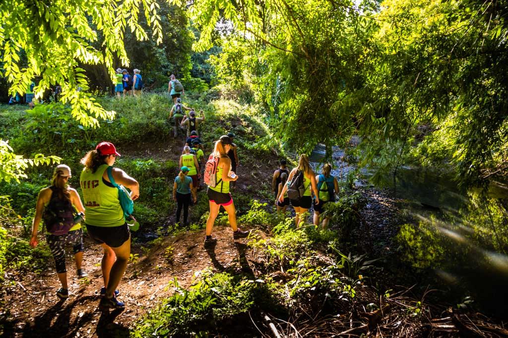 Über Stock und Stein geht es, durch Bäche und matschige Böschungen hinauf. Schon kurz nach dem Start haben sich die Läufer von den Wanderern abgesetzt / © FrontRowSociety.net, Foto: Georg Berg
