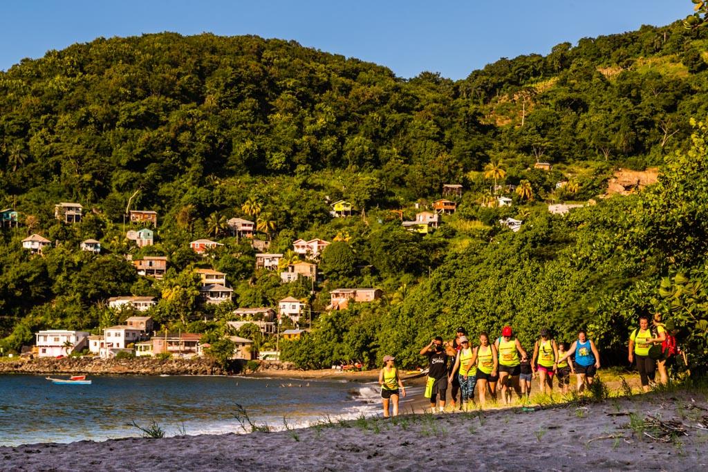Nach einem kurze Stück am Strand entlang muss der richtige Track in den Wald gefunden werden / © FrontRowSociety.net, Foto: Georg Berg