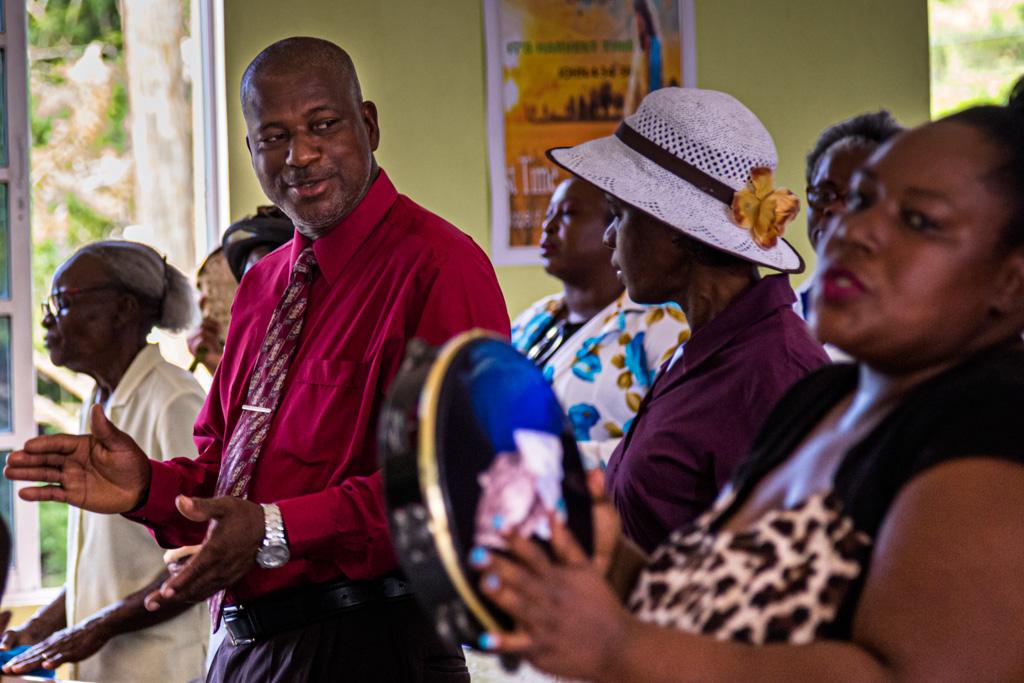 Der Gesang schafft ein Gemeinschaftserlebnis. Viele kommen mit einem Instrument in den Gottesdienst / © FrontRowSociety.net, Foto: Georg Berg
