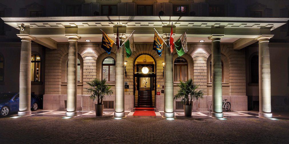 Das Grand Hotel des Trois Courounnes beansprucht seit 1842 den exponierten Platz am Ufer des Genfersees