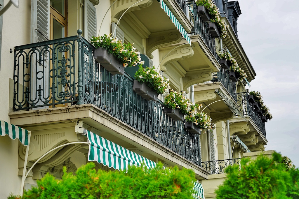 Mondänes Gand Hotel: Balkone und Fassade sind noch im Stil des Historismus gehalten