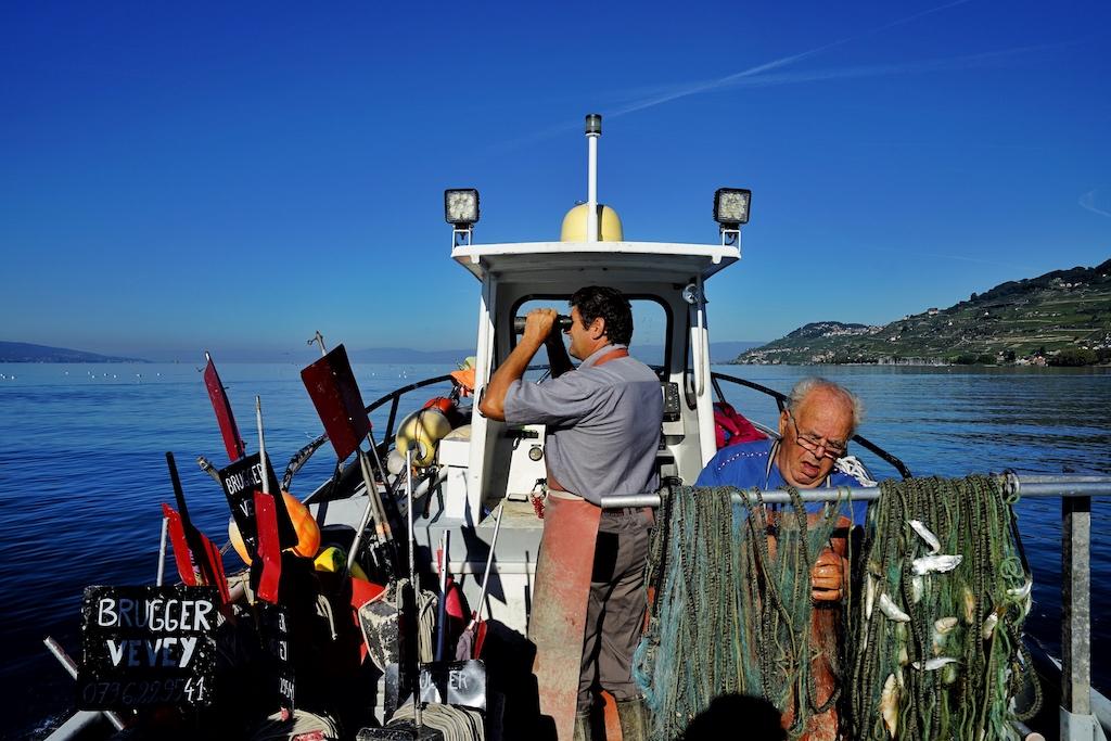 Fischer Patrice Brugger hält Ausschau. Jeder Fanggrund wird bei dieser Tour abgefahren