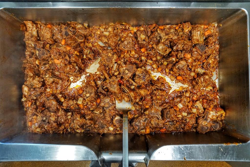 Mit dem Spachtel sollen die Röstaromen auf dem Boden des Kippers gelöst werden - sie verleihen der Sauce einen außergewöhnlich guten Geschmack