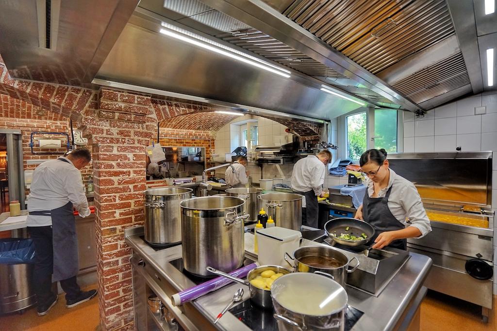 In der authentischen Backsteinküche werden nicht nur feine Saucen produziert - auch werden hier die Speisen für das Gourmetrestaurant N°4 und das Hotelrestaurant Seabreeze zubereitet