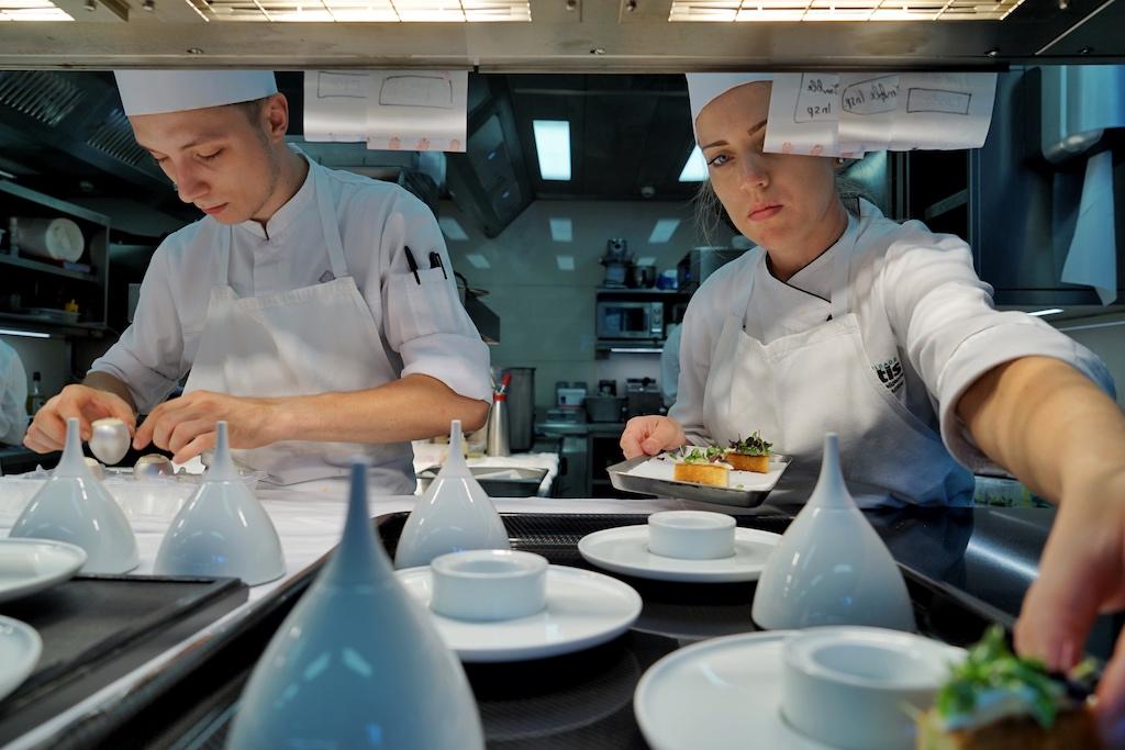 Das Küchenteam arbeitet Hand in Hand