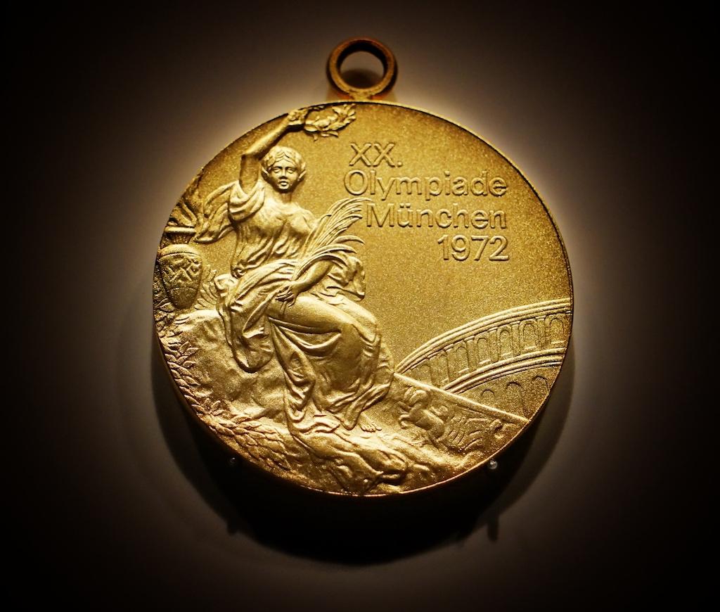 Hier ist auch die Medaille von 1972 zu sehen. 1972 war kein gutes Jahr, denn ein Anschlag der palästinensischen Terrororganisation Schwarzer September überschattete die Olympischen Spiele