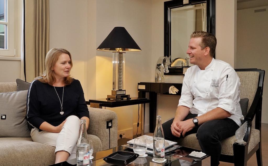 Spitzenkoch Paul Stradner (re.) im Gespräch mit Redakteurin Annett Conrad