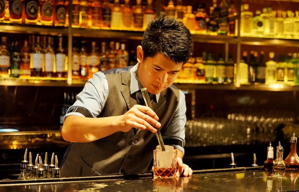 In den besten Bars der Welt steht Whiskey bzw. Whisky hoch im Kurs. Hier kreiert Bartender Gabriel Carlos in der Manhattan Bar Singapur (Platz 11 der Welt / 2020) einen Drink auf Basis Whisky/Whiskey