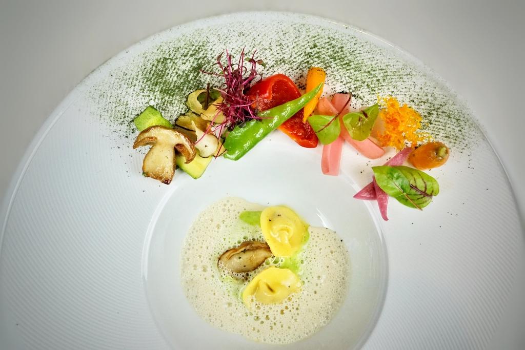 Steinpilzravioli im Gemüsegarten, gepaart mit weißem Trüffel - zu solchen Gerichten harmoniert Zitronenthymian erstklassig