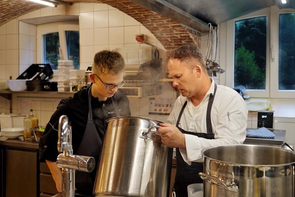 Jeder Schritt der Produktion wird akribisch durchgeführt - Jens erklärt Schritt für Schritt... bis die perfekte Sauce ins Glas gefüllt werden kann