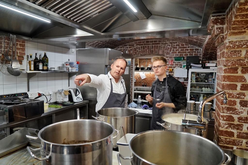 Kaum in der Sterneküche von Jens angekommen, startet für Noris Conrade (re.) auch schon die Unterweisung in die perfekte Saucenkunde