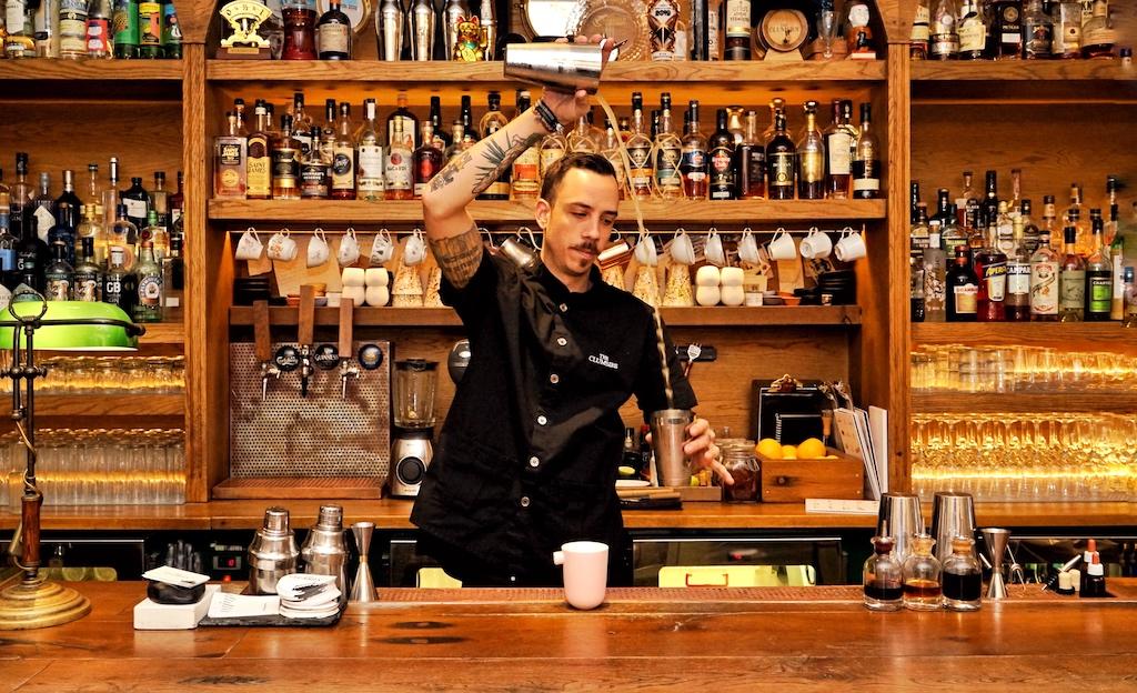 Auch in Athen im The Clumsies (Platz 6 der weltbesten Bars in 2020) steht bei Bartender Nick Sourmpatis Whisky/Whiskey hoch im Kurs